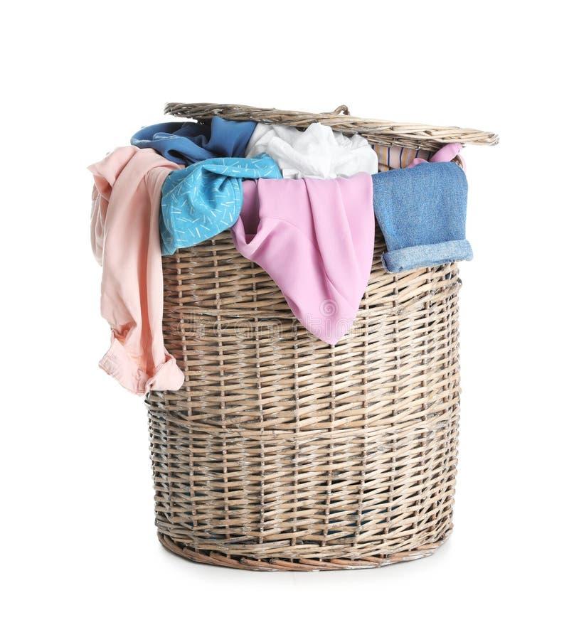 Łozinowy kosz pełno brudna pralnia odizolowywająca obrazy royalty free