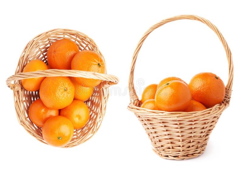 Łozinowy kosz pełno wieloskładnikowi dojrzali świezi soczyści tangerines, skład odizolowywający nad białym tłem obrazy royalty free