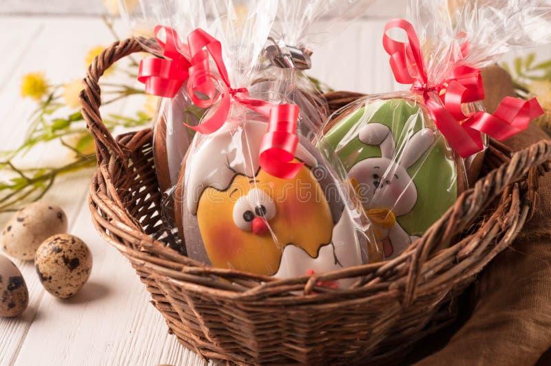 Łozinowy kosz z zawijającymi Easter ciastkami fotografia stock