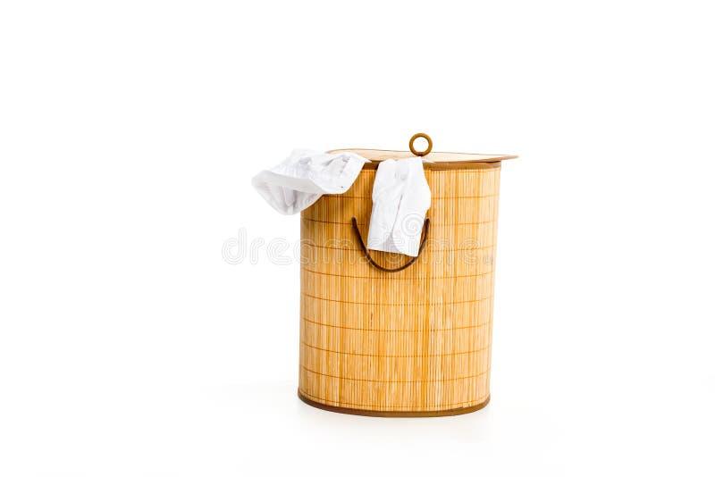 łozinowy pralniany kosz z odziewa zdjęcie royalty free