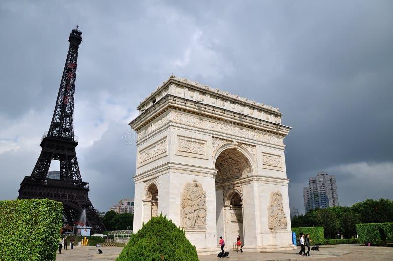 Łuk De Triomphe i Eifel wierza obraz stock