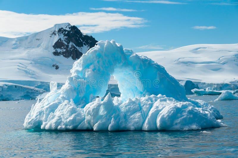 Łuk kształtna góra lodowa Antarctica obrazy stock
