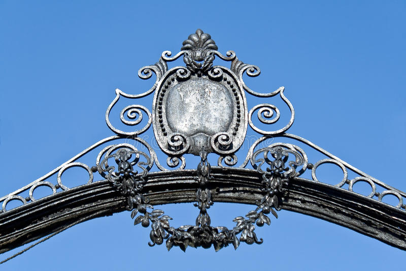 Łuk na starej żelaznej bramie obrazy stock