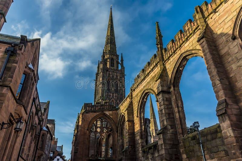 Łuki ruiny St Michaels katedra w Coventry i iglicy, UK zdjęcie stock