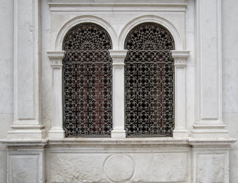 Łukowaci okno na białej fasadzie fotografia stock