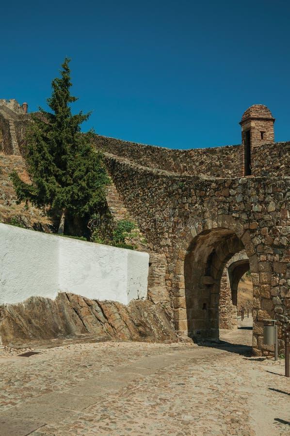 Łukowata brama w miasto zewnętrznej ścianie robić kamień obraz royalty free