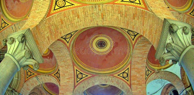 Łukowaty barwiony barwiący ceglany sufit obraz royalty free