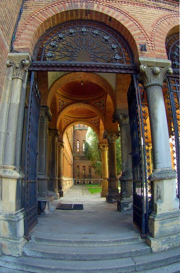 Łukowaty ceglany wejście i korytarz z kolumnami zdjęcie royalty free