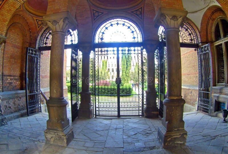 Łukowaty ceglany wejście i korytarz z kolumnami zdjęcia royalty free