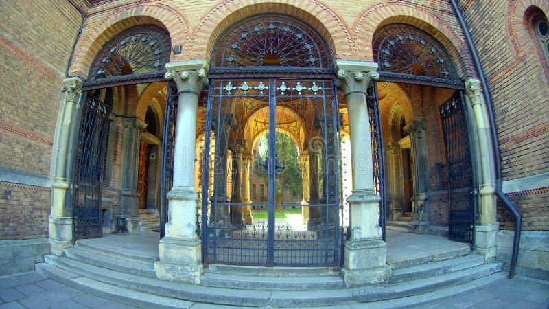 Łukowaty ceglany wejście i korytarz z kolumnami obraz stock