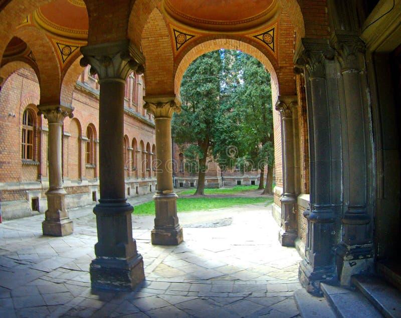 Łukowaty ceglany wejście i korytarz z kolumnami zdjęcia stock