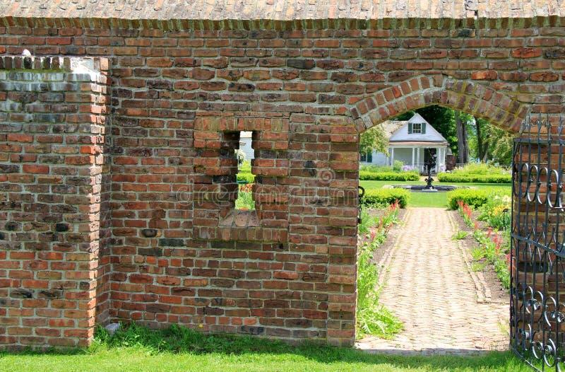 Łukowaty drzwi w ściana z cegieł królewiątko ogród, fort Ticonderoga, Nowy Jork, Czerwiec 2014 obraz royalty free