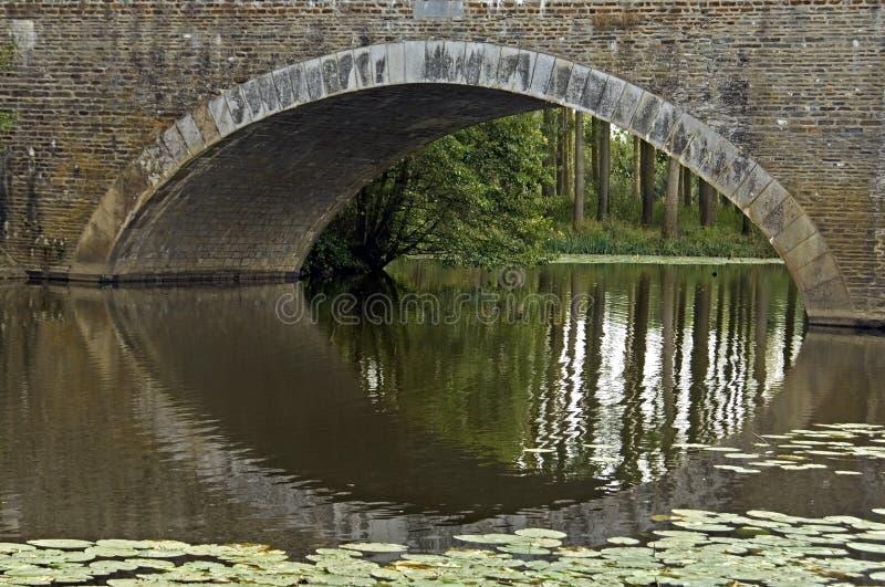 Łukowaty most na rzece Evre w Loire dolinie obrazy royalty free