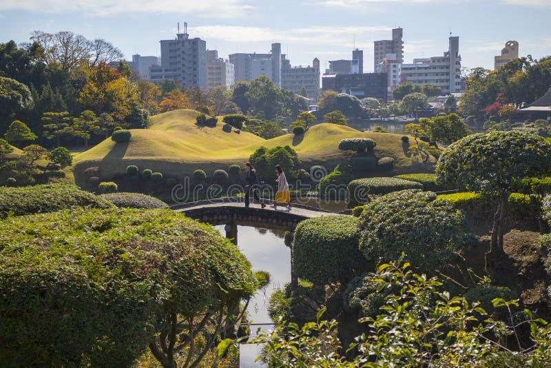 Łukowaty most w Suizenji ogródzie, Suizenji JÅ  juen, jest przestronnym Japońskiego stylu krajobrazem, zdjęcia stock