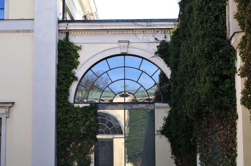 Łukowaty okno w fasadzie neoklasyczny budynek obraz stock
