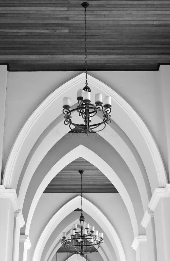 Łukowaty sufit kościół z świecznikiem zdjęcie royalty free