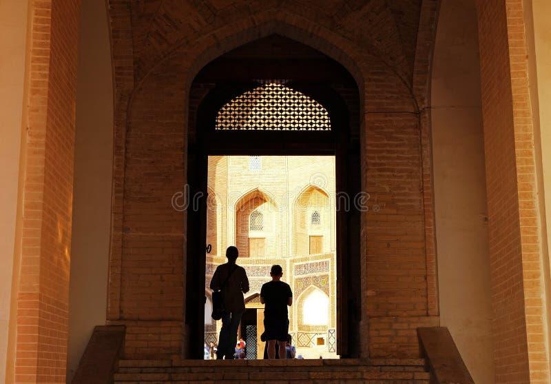 Łukowaty wejście Kalyan minaretu kwadrat od Kalyan meczetu, Bukhara, Uzbekistan fotografia royalty free