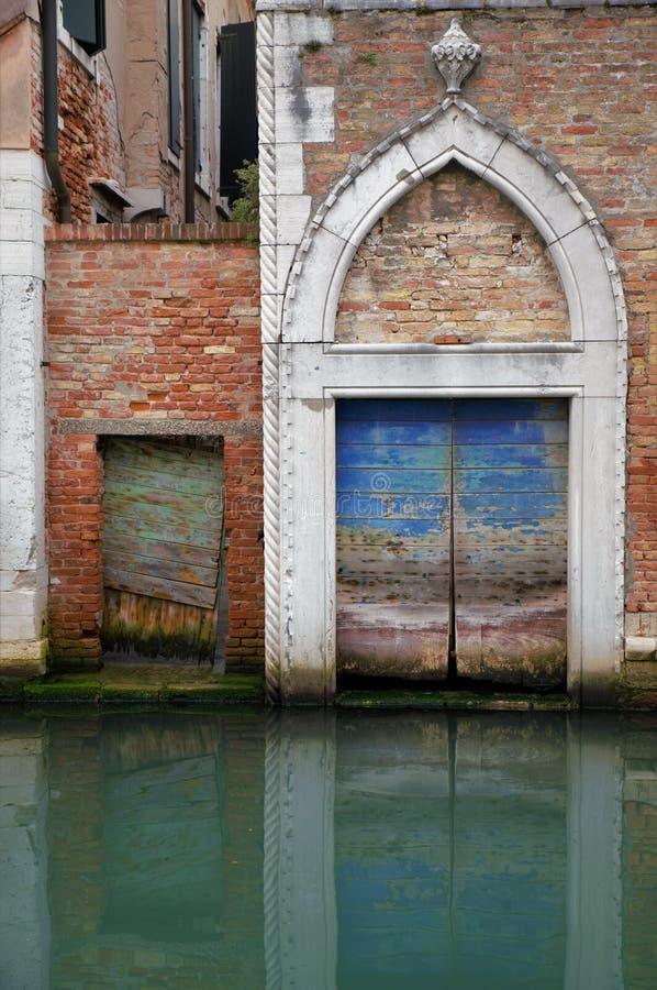 Łukowaty wejście z drewnianym drzwi antyczny budynek na kanale w Wenecja fotografia royalty free