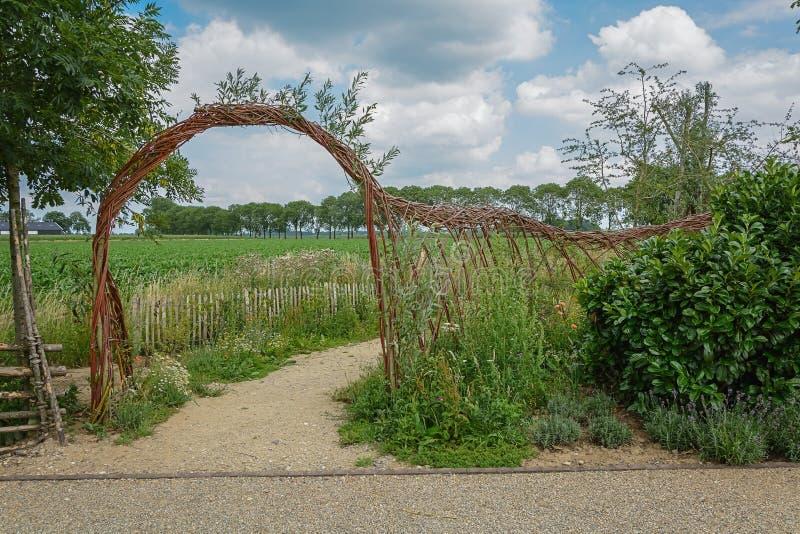 Łuku i maswerku ogrodzenie wyplatający od wierzbowych gałązek zdjęcia royalty free