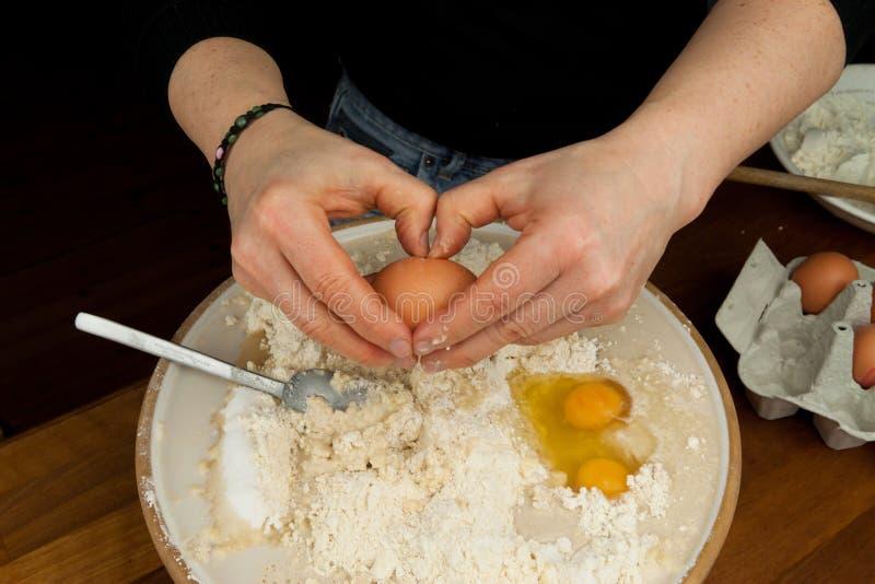 łupania ciasta jajka ręki kobieta zdjęcia royalty free