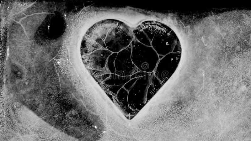 Łupania serce łapać w pułapkę w lodowym stapianiu zdjęcia royalty free
