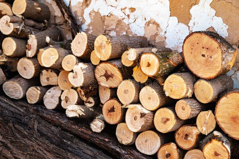 Łupka piłująca sterta Stos siekający drewno zdjęcia royalty free