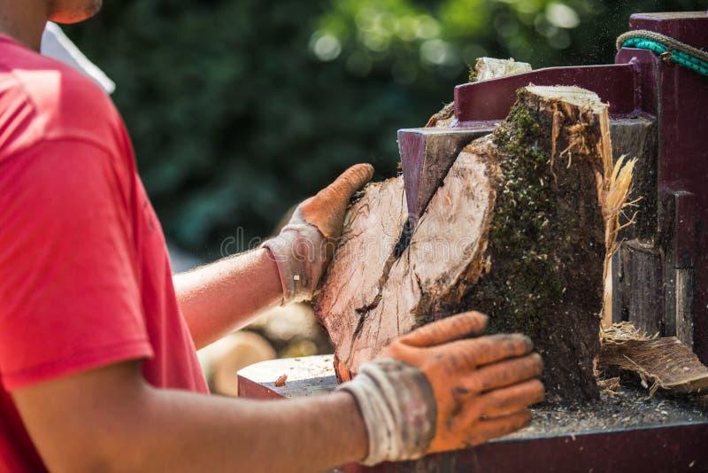 Łupka rozszczepiająca z drewnianym rozłupnikiem zdjęcia stock