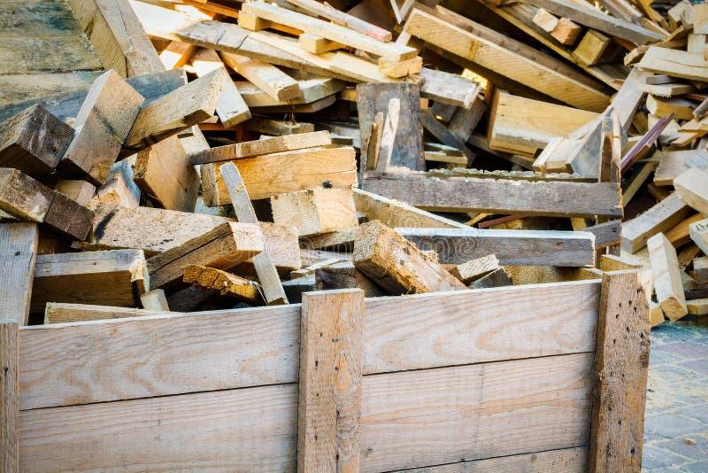 Łupka w drewnianym zbiorniku obrazy stock