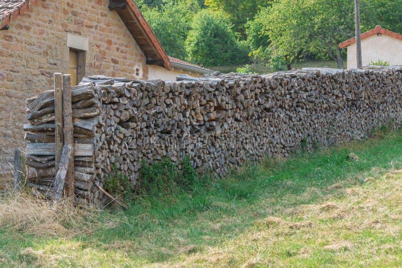 Łupka w rzędzie blisko cegły ściany wioska dom Wieś krajobraz w Bourgogne, Francja obrazy stock