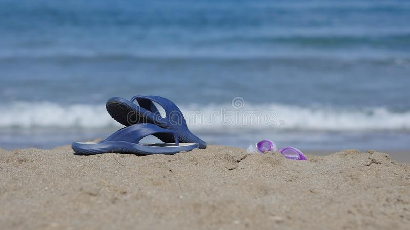 Łupki kłamają na piasku na plaży obraz royalty free
