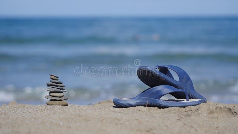 Łupki kłamają na piasku na plaży zdjęcia royalty free