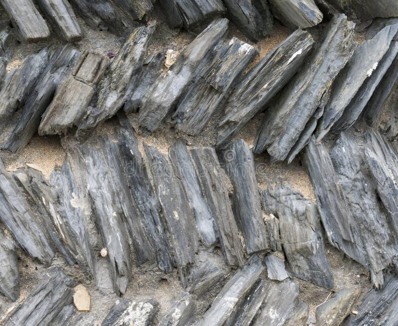 Łupkowa ściana z Zygzakowatymi kamieniami obraz stock