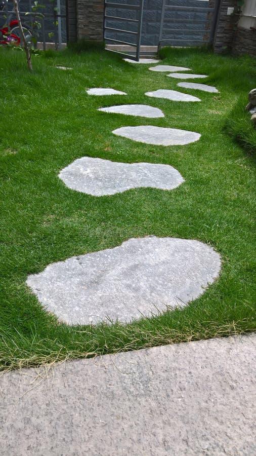 Łupkowa ścieżka na trawie obrazy royalty free