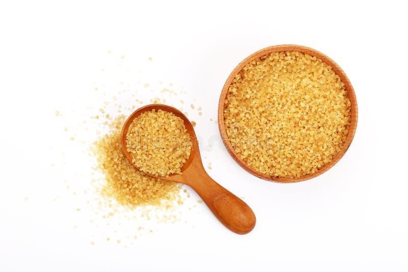 Łyżkuje i puchar brown trzcina cukier na bielu fotografia stock