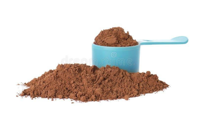 Łyżkuje i stos czekoladowy proteina proszek odizolowywający obrazy royalty free