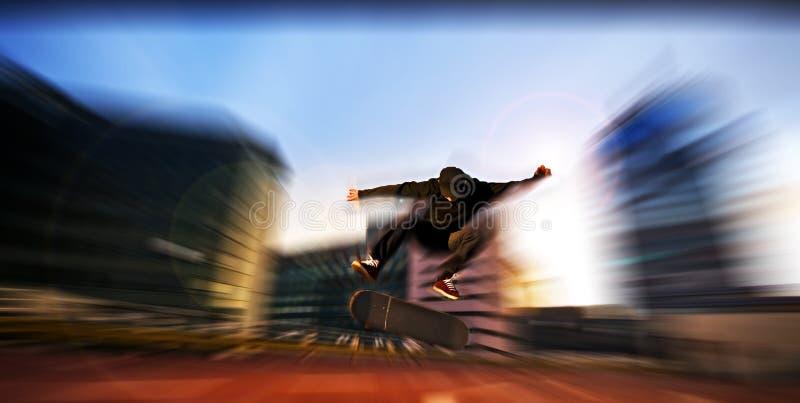 Łyżwiarka skacze wysoko w powietrzu pod parkiem fotografia stock