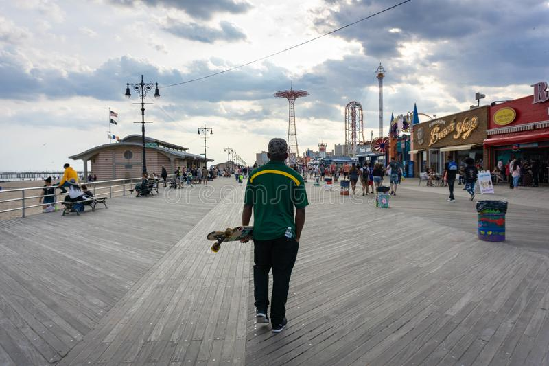 Łyżwiarka w Coney Island boardwalk blisko Luna parka zdjęcia royalty free