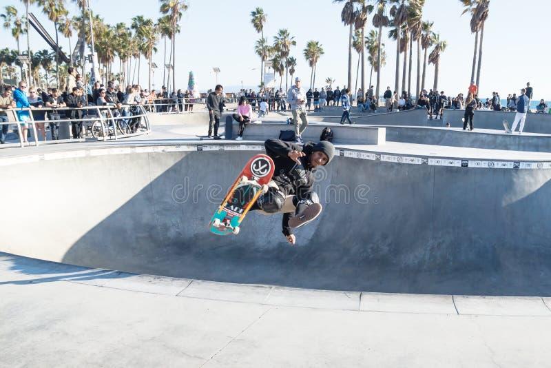 Łyżwiarki doskakiwanie przy Wenecja plaży skatepark, Wenecja plaża, Los Angeles, Kalifornia fotografia stock