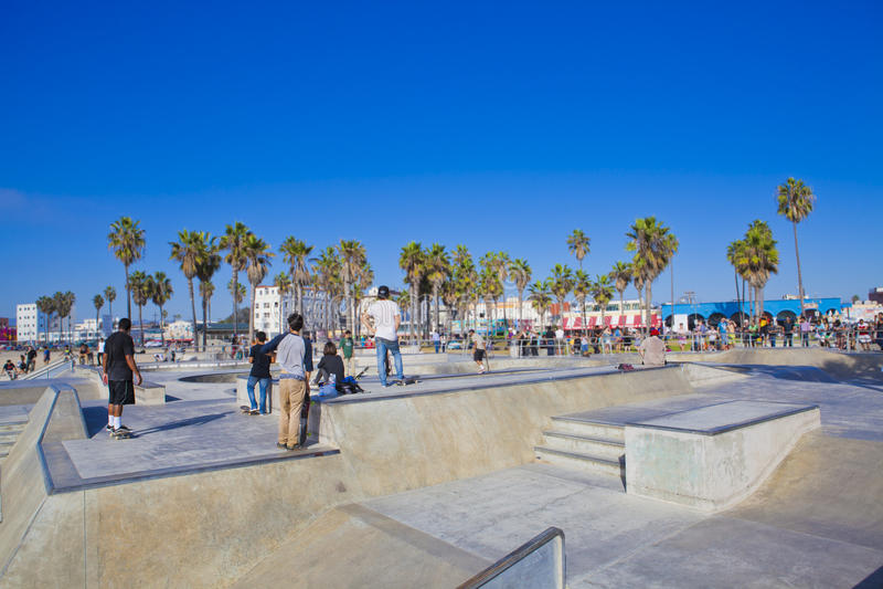 Łyżwiarki w Wenecja plaży Skatepark zdjęcie stock