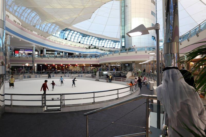 Łyżwowy lodowisko Marina centrum handlowe w Abu Dhabi zdjęcia royalty free