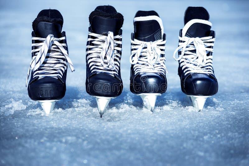 Łyżwy dla zima sportów w na wolnym powietrzu na lodzie obraz stock