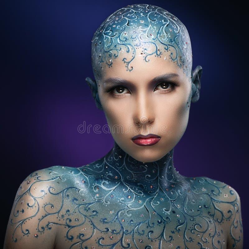 Łysa dziewczyna z kolorową makijaż sztuką fotografia stock