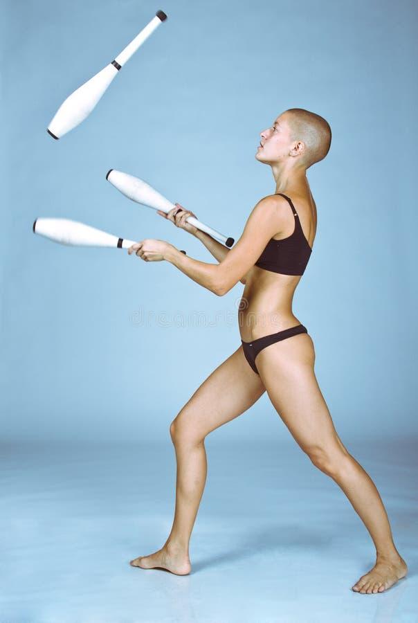 łysej dziewczyny głowiaste żonglerki zdjęcia stock