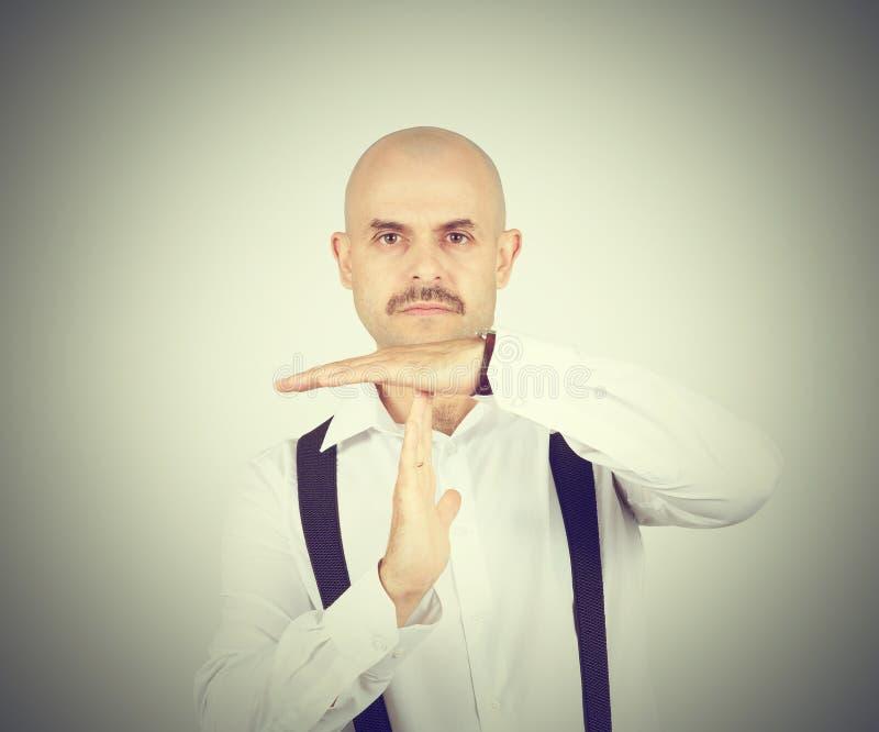 Łysy mężczyzna pokazuje czas ręk gest out fotografia stock