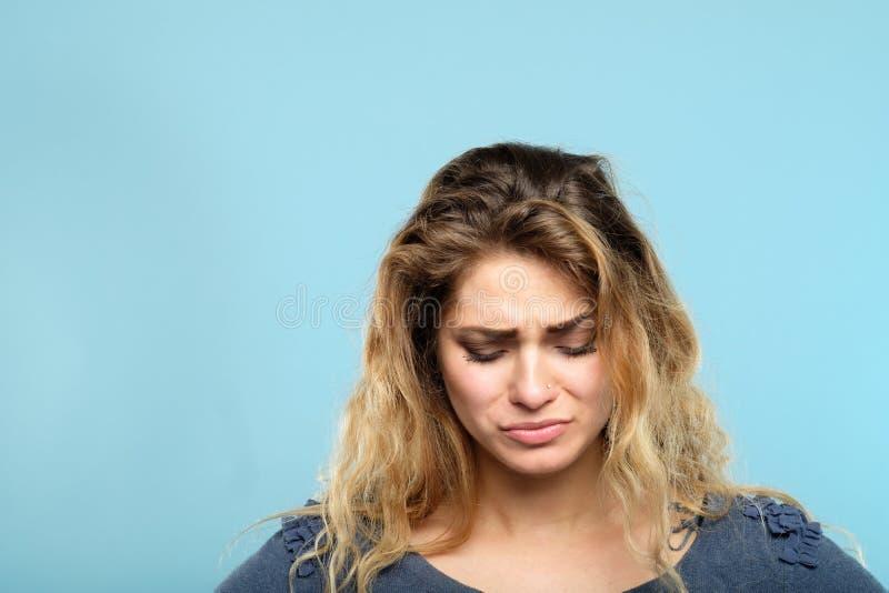 Łzawa zaakcentowana smutna przygnębiona melancholiczna kobieta fotografia royalty free