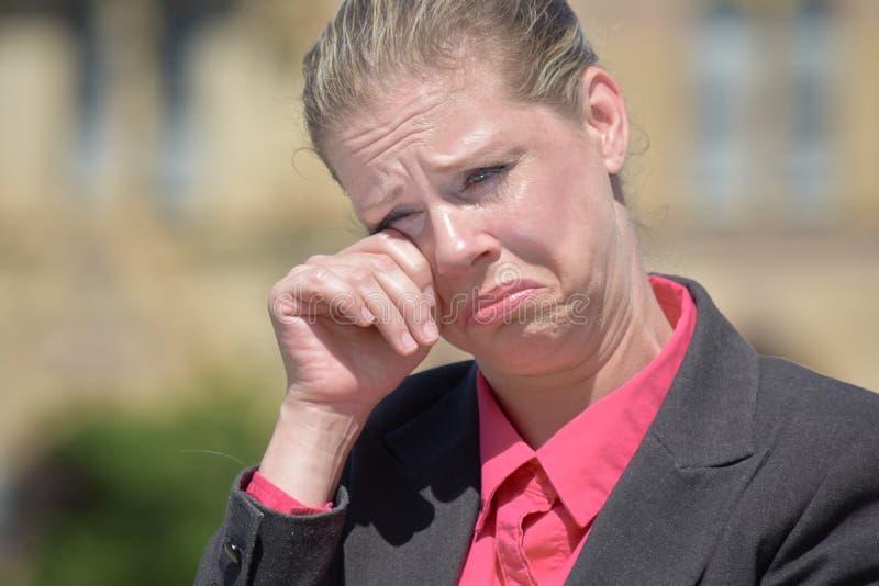 Łzawej Dorosłej blondynki Biznesowa kobieta Jest ubranym kostium zdjęcie stock