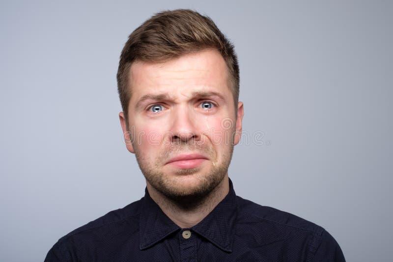 Łzy w oczach płaczu dorosły europejski mężczyzna Gubił jego dziewczyny fotografia stock