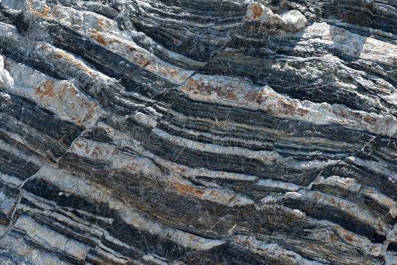 Ściśnięta skał warstew formacja w różnorodnych kolorach i thicknesses, na południowym centrali wybrzeżu Śródziemnomorski islan obrazy stock