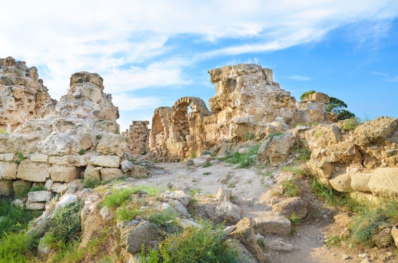 Ścian ruiny starożytnego grka miasto-państwo salami w Północnym Cypr brać na słonecznym dniu z światłem chmurnieją nad Archeologi obrazy stock