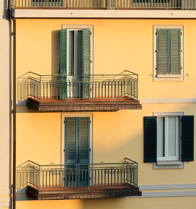 Ściana budynek mieszkaniowy w zmierzchu świetle, Mon obraz stock